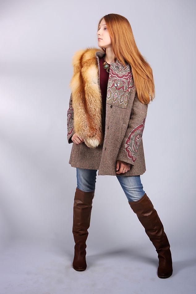 Пальто с мехом с вышивкой и лисьим мехом