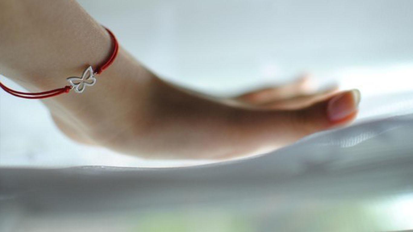 Значение красной нити на запястье